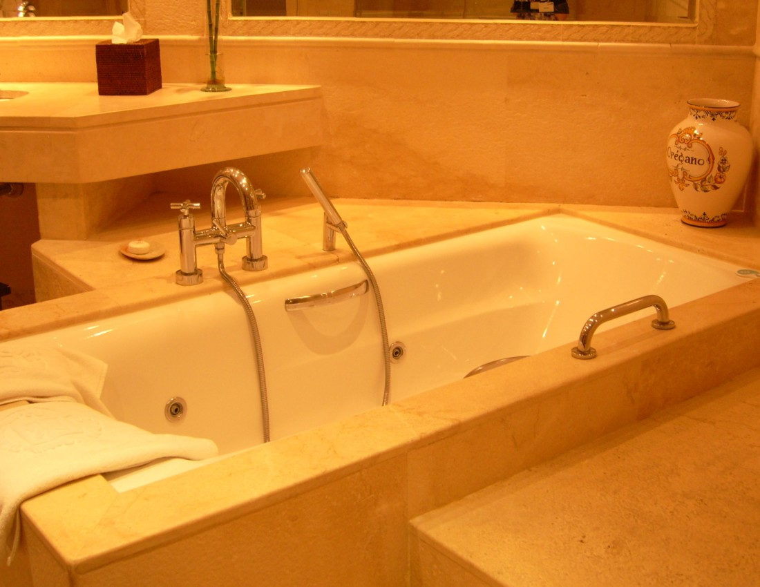 Hotel_Suite_-_Bath_tub