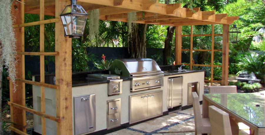 bbq-island-with-small-pergola-backyard